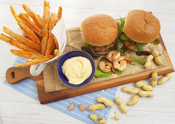 המבורגר שרימפס עם רוטב בוטנים וצ'יפס בטטה מתכון